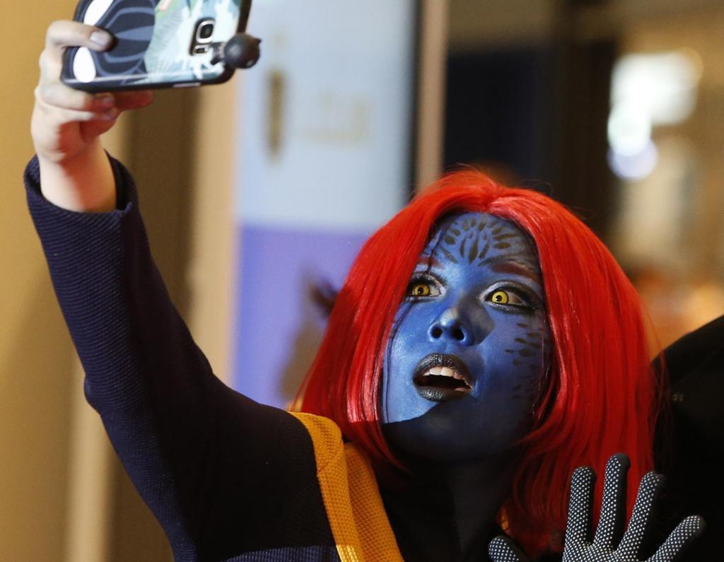 Utkledd kvinne tar selfie. Bilde.