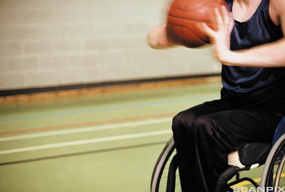 Aktiv ungdom i rullestol.Foto