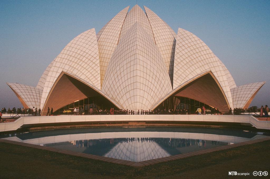 Bygning formet som en hvit lotus-blomst. Foto.