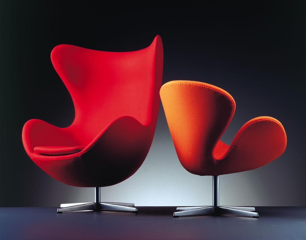 To røde stoler uten rette linjer. Foto.