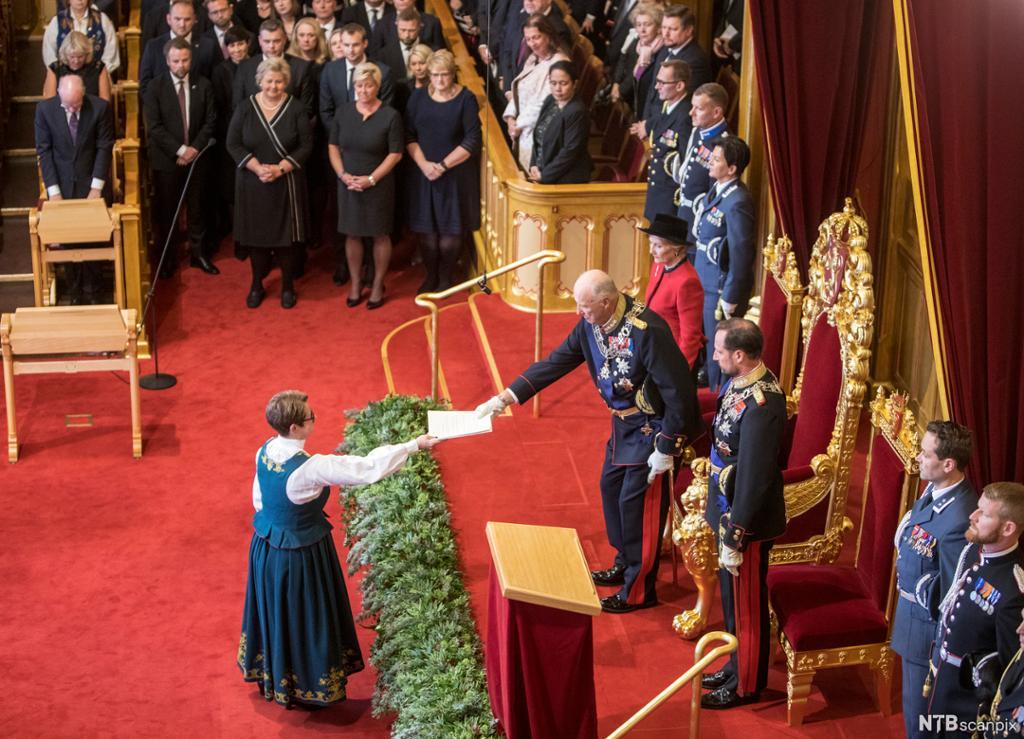 Kongen overrekker en tale til stortingspresidenten under åpningen av Stortinget. Foto.
