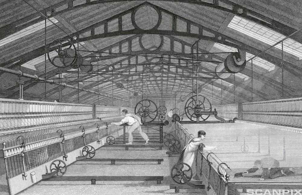 Fabrikkarbeidere overvåker maskiner. Foto.