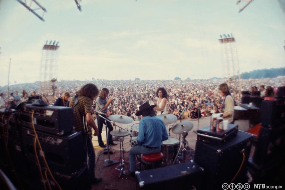 Bandet Jefferson Airplane spiller foran en stor folkemengde under Woodstock i 1969. Foto.