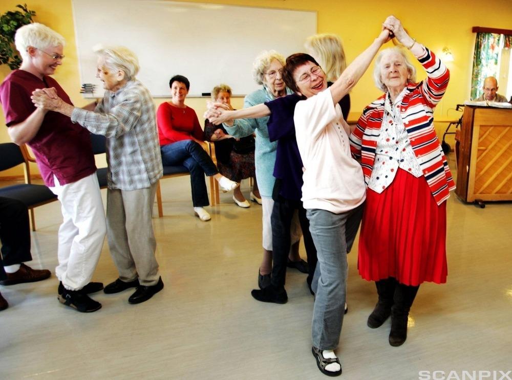 Eldre mennesker danser. Foto.