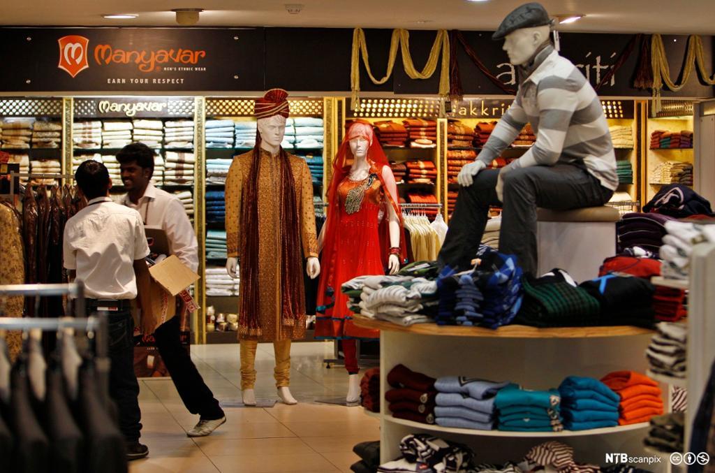 Fra en klesbutikk med både etniske og vestlige klær på kjøpesenter i Bangalore, India. Foto.