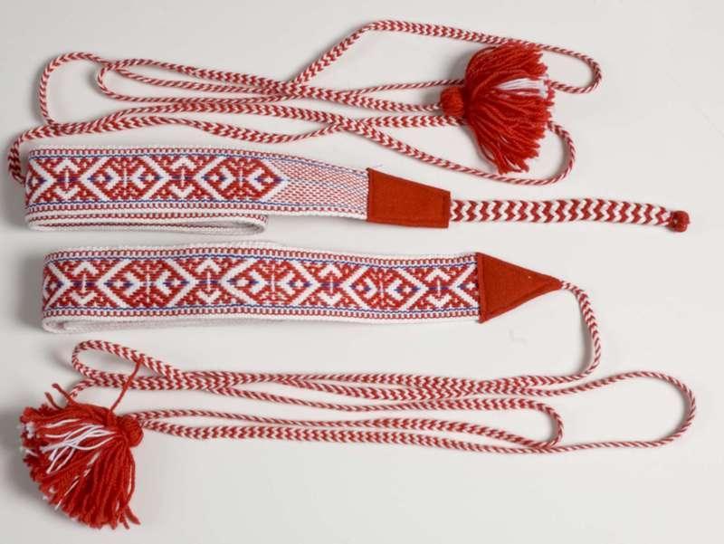 Skallebånd vevd i rødt og hvitt. Foto.