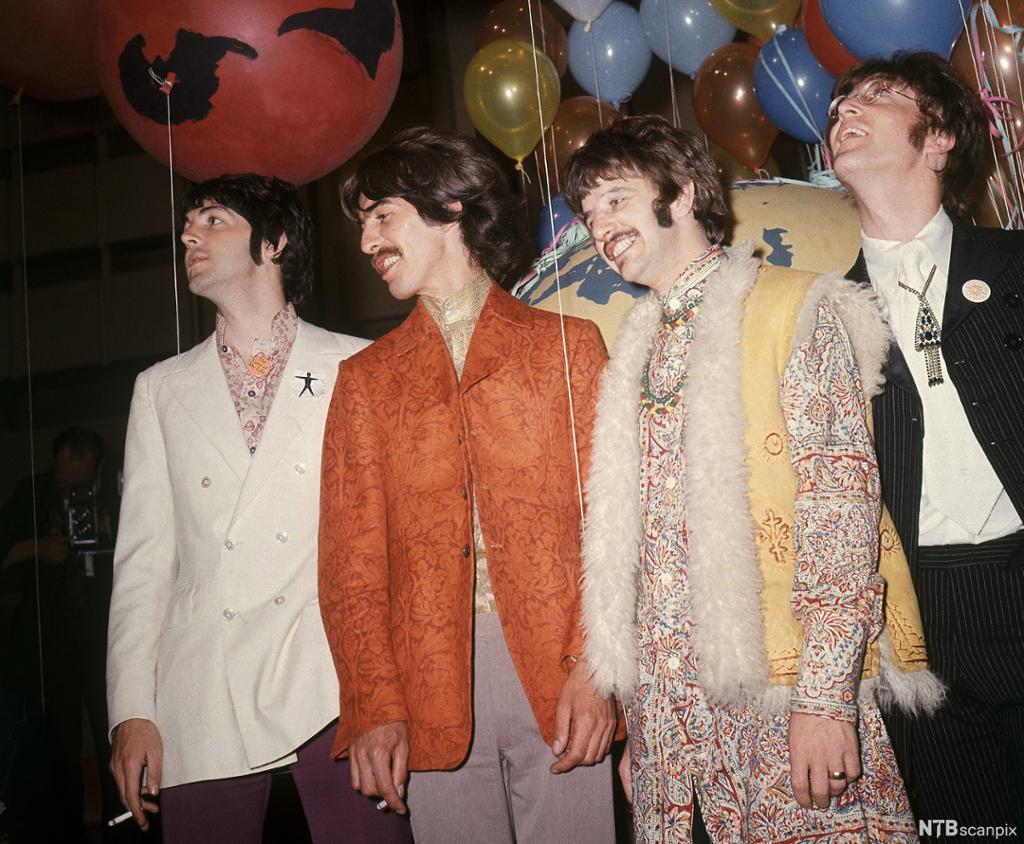 Hele The Beatles i moteriktige klær anno 1967. Foto.