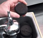En kaffekake tømmes ut av filterbeholderen. Foto.