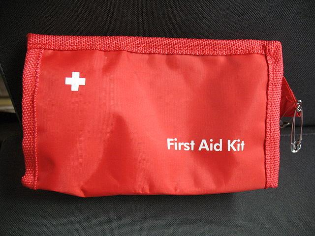 Rød førstehjelpsmappe. Foto.
