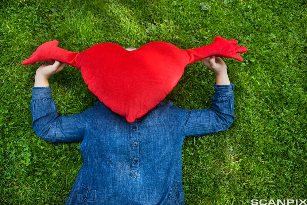 Jente med rødt hjerte. Foto.