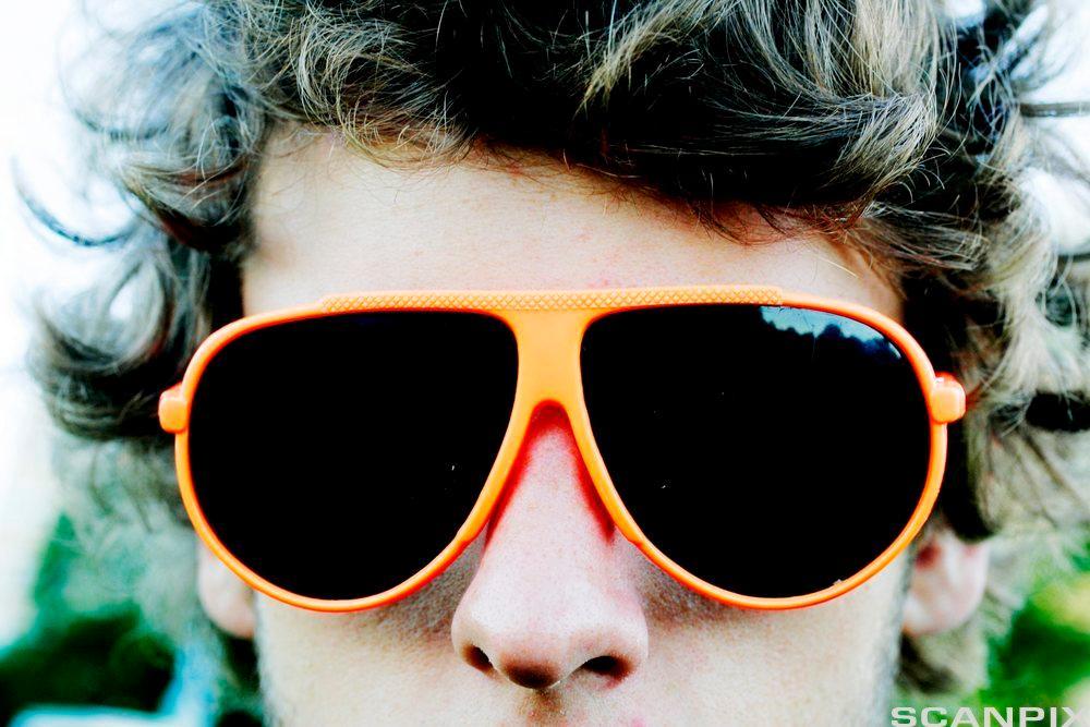 Gutt med solbriller. Foto.