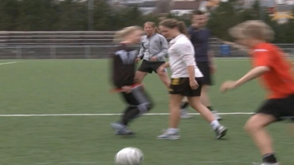 Barn som spiller fotball. Foto