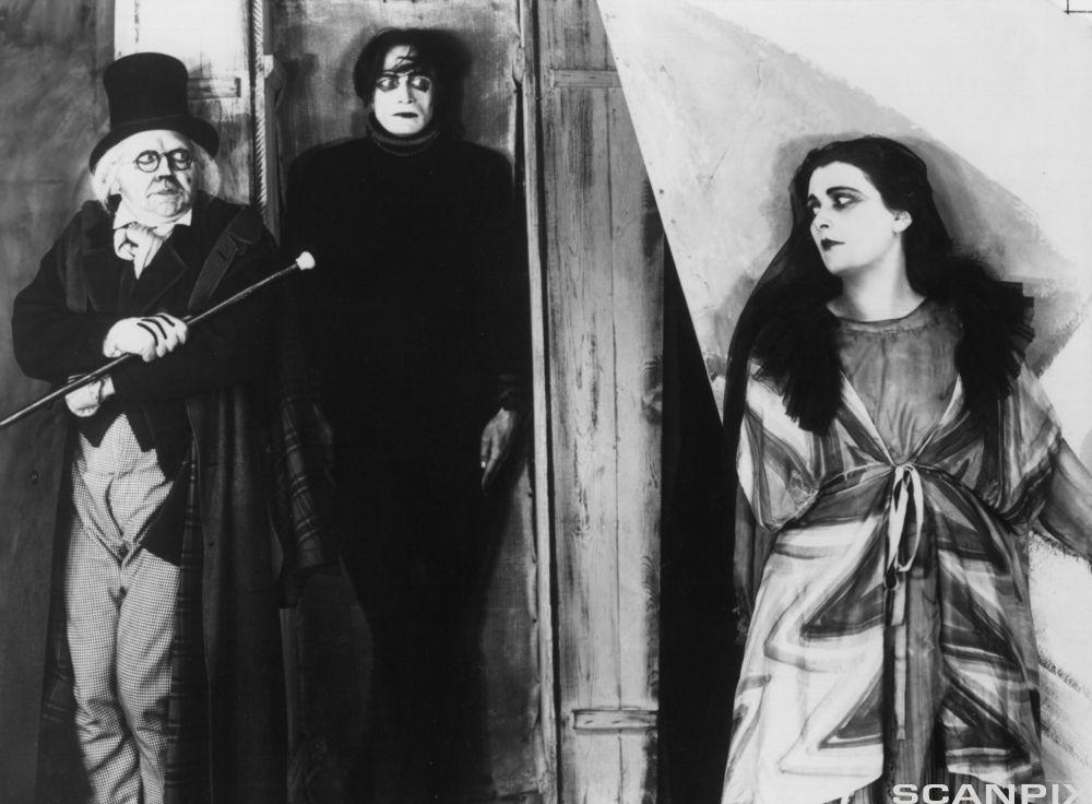 Scenebilde fra den tyske filmen Dr. Caligaris Kabinett (Das Kabinett des Doktor Caligari) fra 1919.