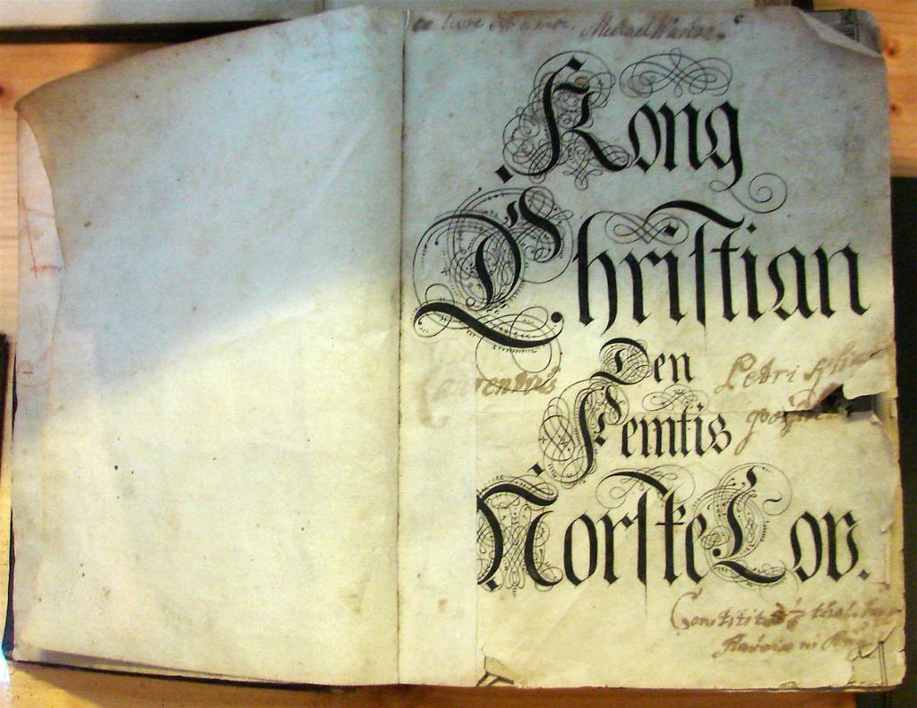 Forside til bok med gotiske bokstaver. Foto.