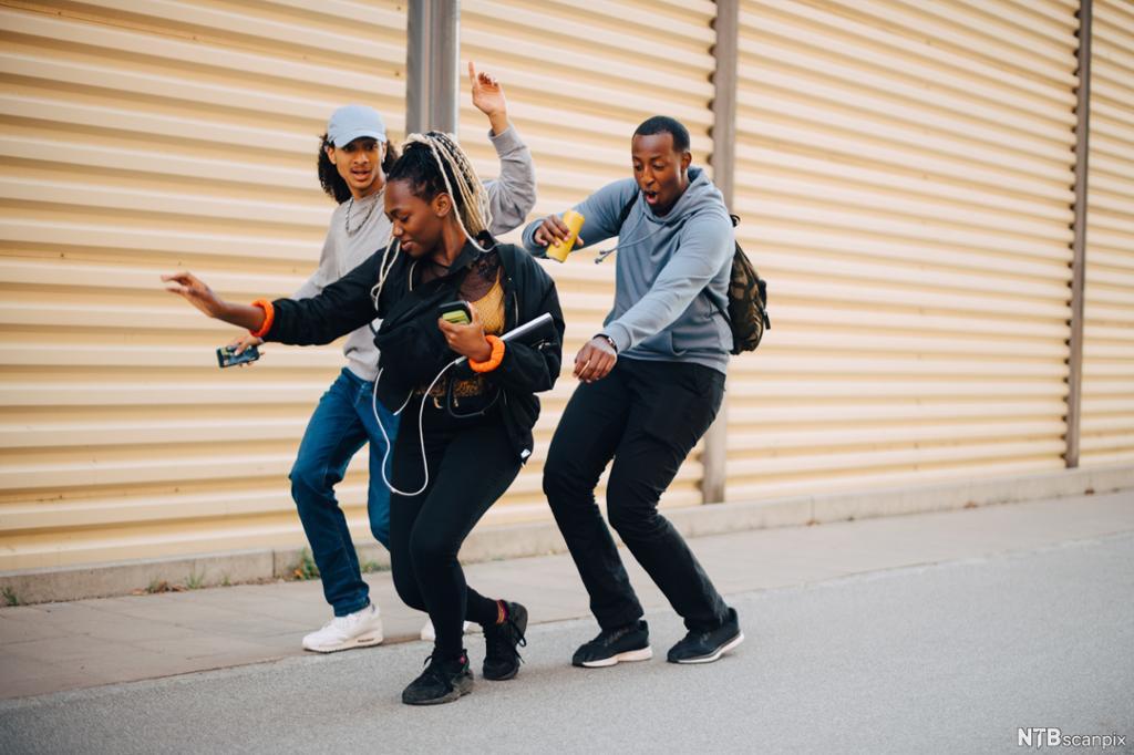 Ungdom danser på gata. Foto.