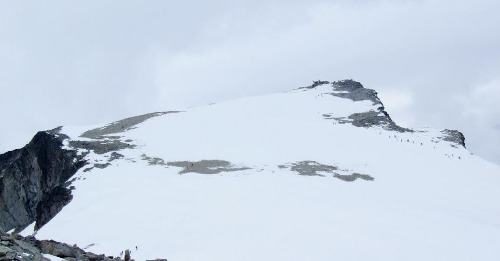 Snødekt fjelltopp. Foto