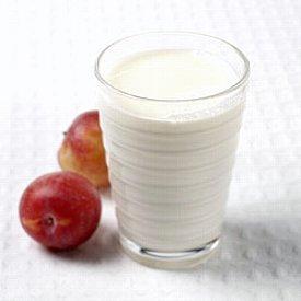 Et glass med melk og to epler. Foto.