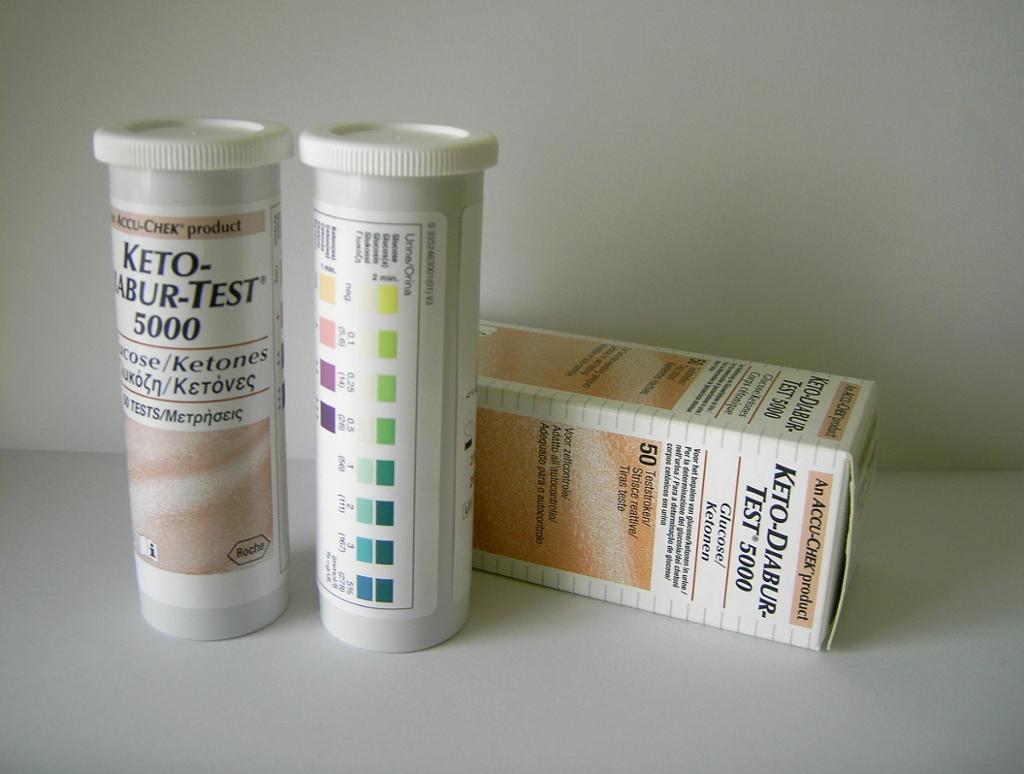 Bokser med testpinner for glukose og ketoner. Foto.