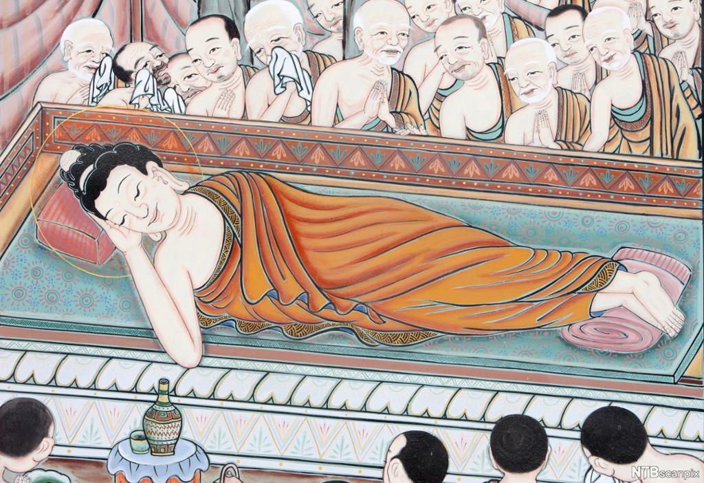 Mann ligger på siden på et podium med den ene hånden under hodet. Han er iført en oransje kjortel. Rundt ham står folk og ser på. Noen ber, og noen gråter. Maleri.