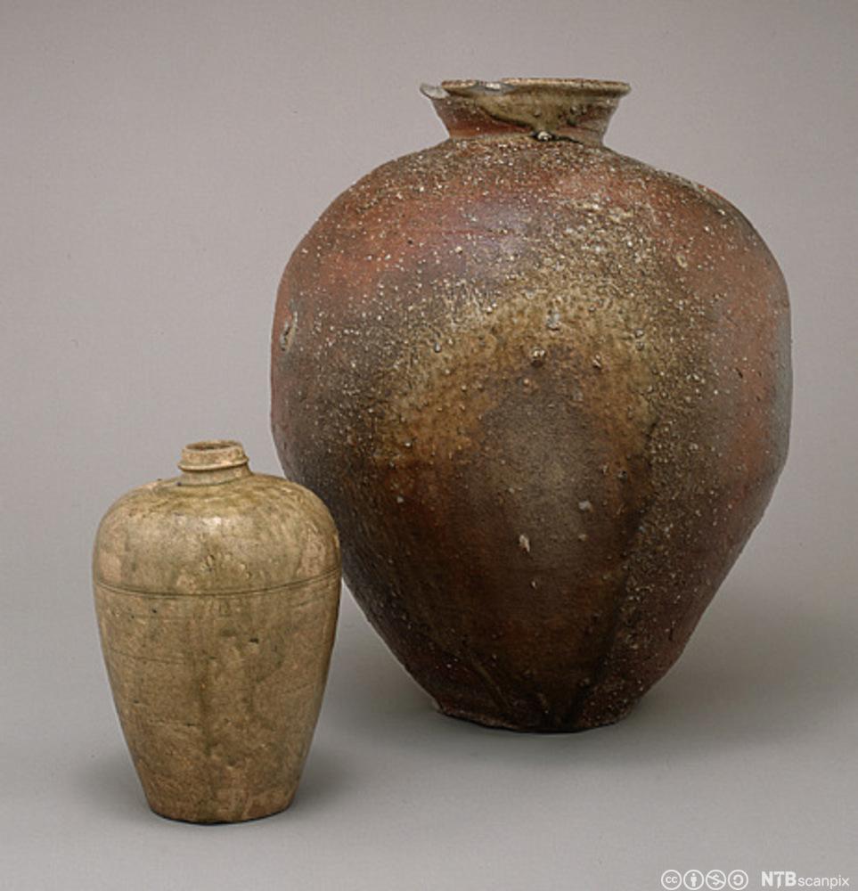Eldre japansk vase og krukke. Foto.