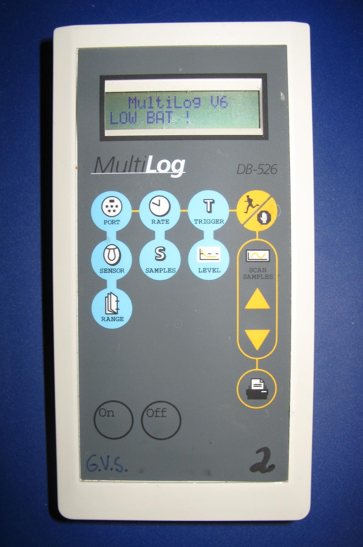 Aparat med flere knapper og display. Foto.