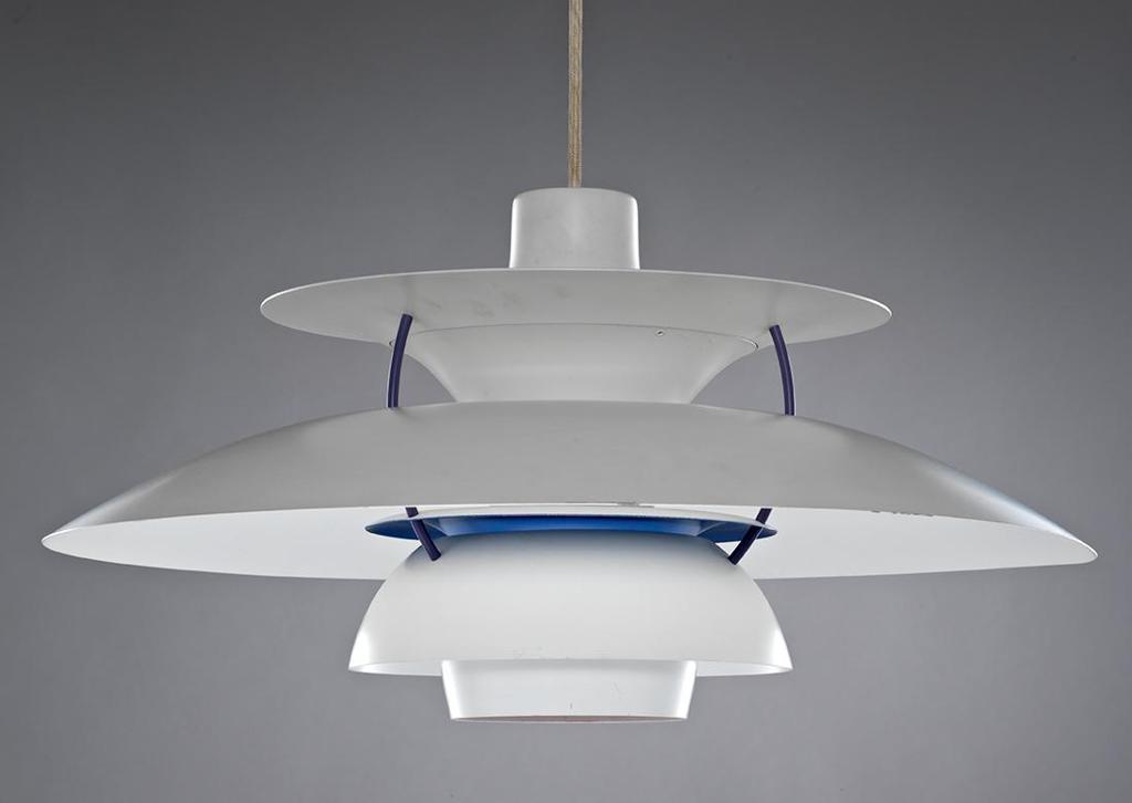 Taklampe i hvitlakkert aluminium. Foto.
