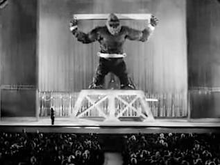 Bilde av King Kong lenket fast og utstilt på Broadway