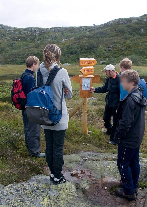 Elever samlet rundt kartoppslag i fjellet. Foto