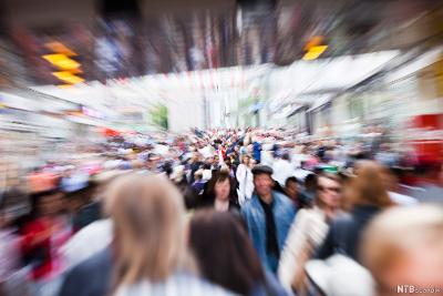 Folkevrimmel på stor gate. Foto.