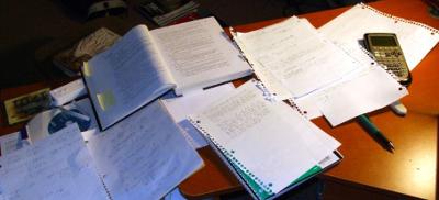 Skrivebord med masse papir på. Foto