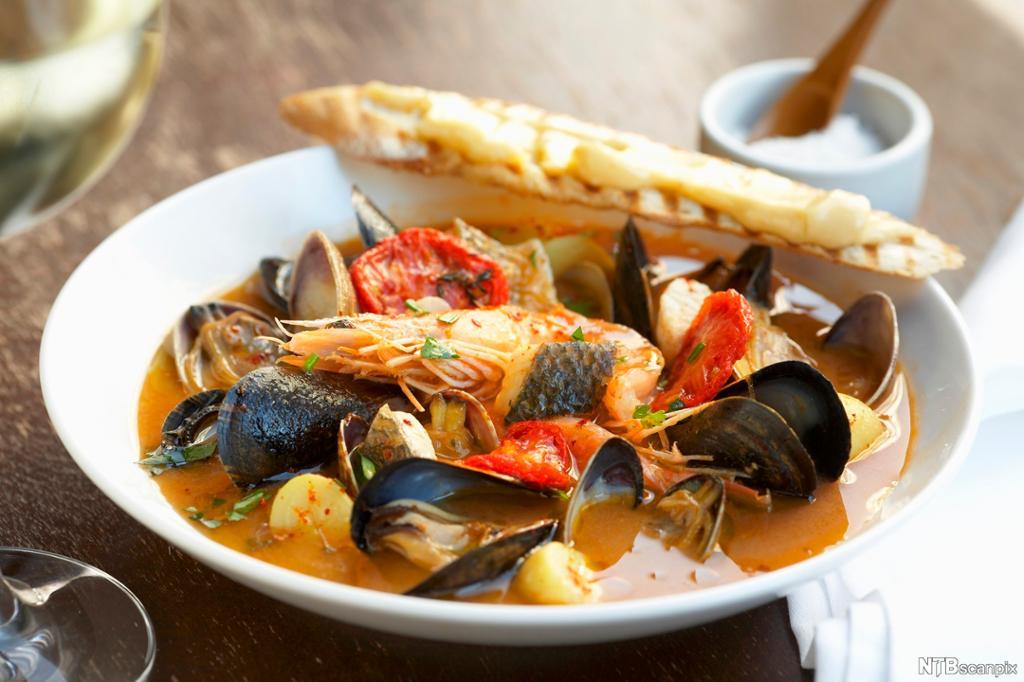 Bouillabaisse, fransk fiskesuppe. Foto.