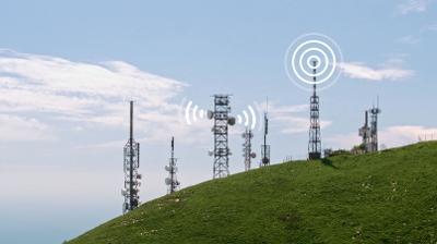 Landskap med antenner som sender ut signaler. Foto.