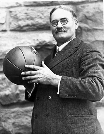 James Naismith poserer med en basketball. Foto.