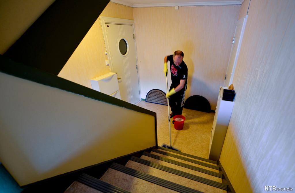 Mann vasker trapp. Foto.