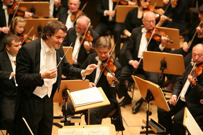 Orkester og dirigent. Foto.