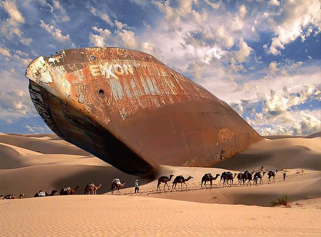 Rustent skip i ørken. Kamelkaravane. Foto.