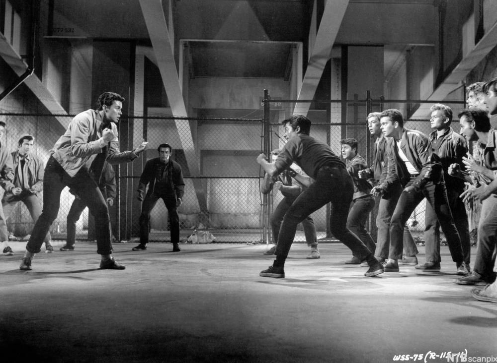 Kampscene frå musikalen «West Side Story». Fotografi.