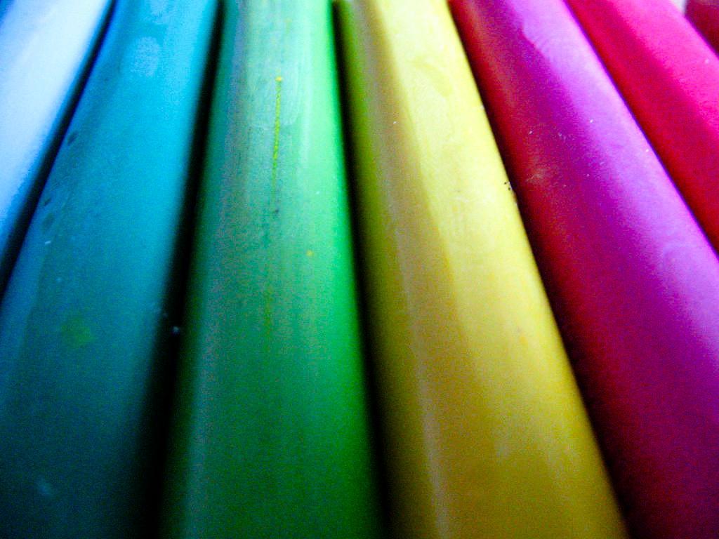 Plastilinpølser i mange farger. Foto.