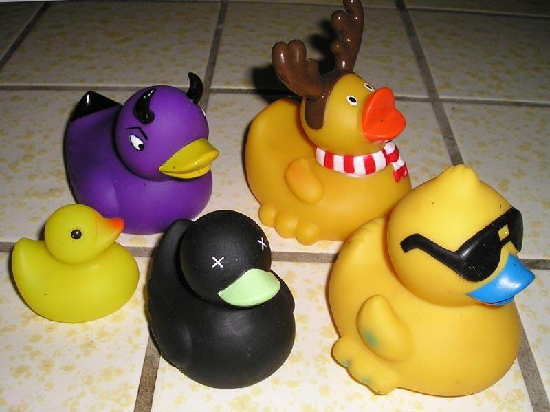 Plastic ducks in different colours and sizes. Photo.