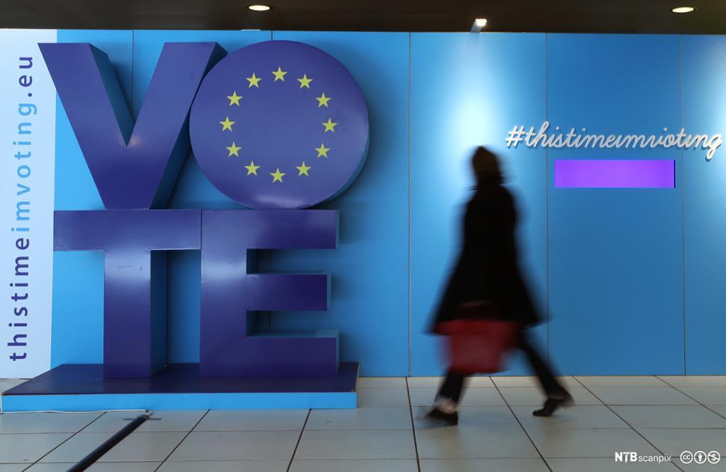 En person passerer en installasjon som reklamerer for at det er EU-valg i mai 2019.