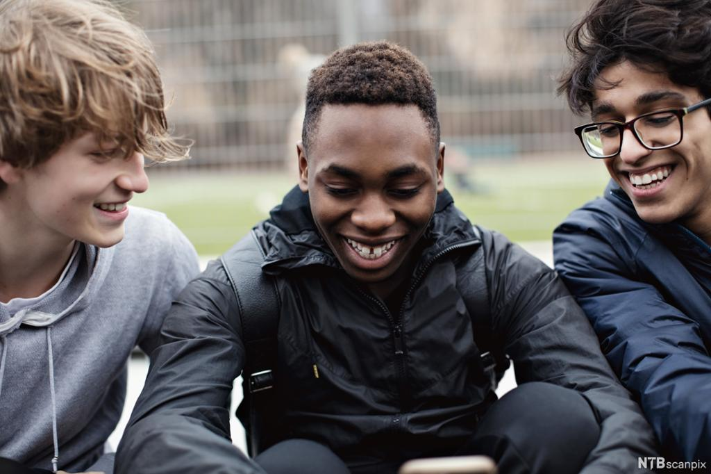 Tre tenåringsgutter med forskjellig kulturell bakgrunn. Foto.