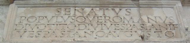 Inskripsjon på Titus-buen i Roma. Foto.
