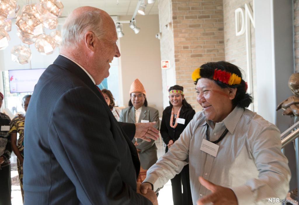 Kong Harald hilser på yanomamöenes leder Daví Kopenawa. Foto.