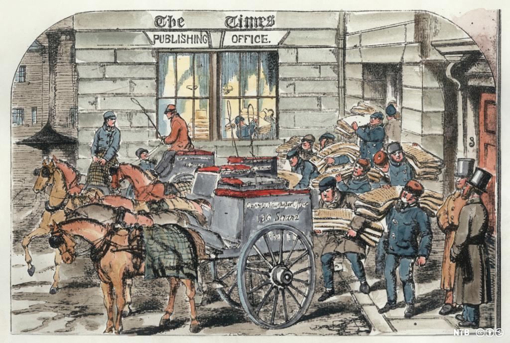Mange menn bærer ut hauger med aviser til kjørekarer som venter med hester og vogner. Illustrasjon.