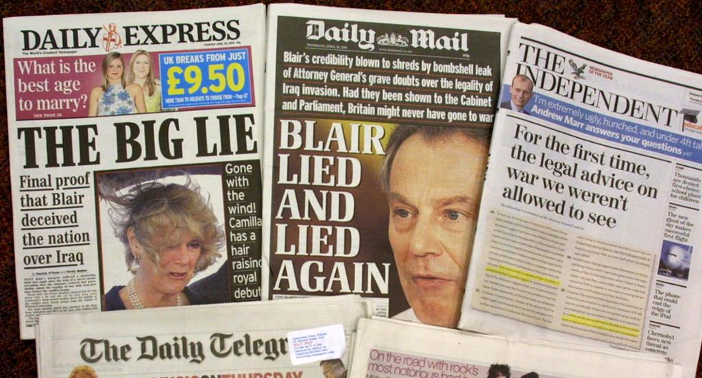 De britiske avisene Daily Express, Daily Mail og The Independent er lagt fram på et bord. Alle forsideoppslagene handler om at Tony Blair har løyet om krigen. Foto.