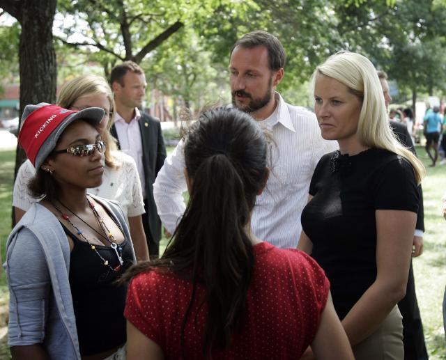 Kronprinsparet i samtale med ungdommer. Foto.