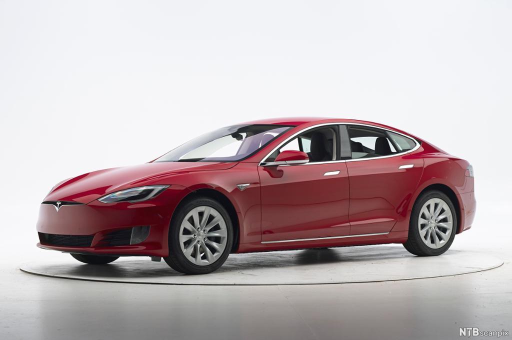 Rød Tesla Model S. Foto.