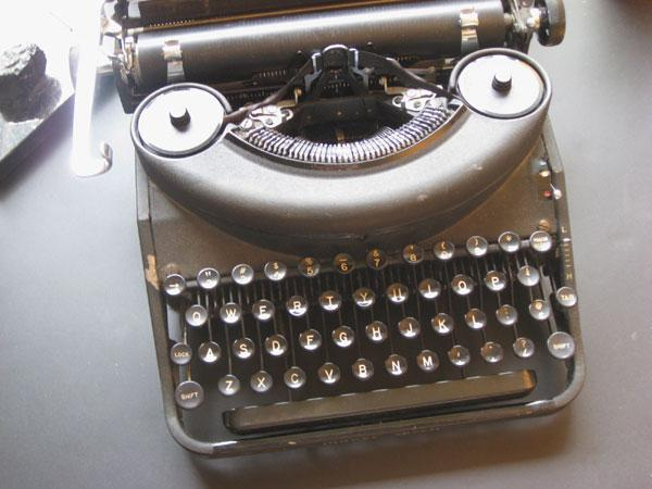 Gammeldags skrivemaskin. Foto