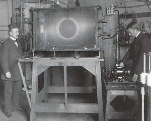 To menn som står rundt terella eksperimentets forsøskutstyr. Foto.