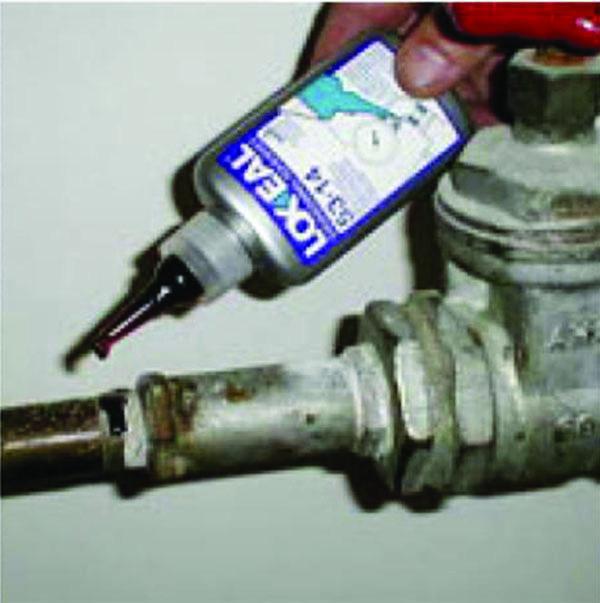 Tetningsvæske tryppes direkte på paknig. Foto.